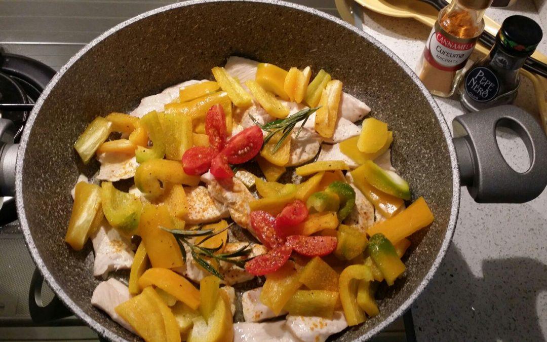 Pollo ai peperoni, aromatizzato alla curcuma e rosmarino